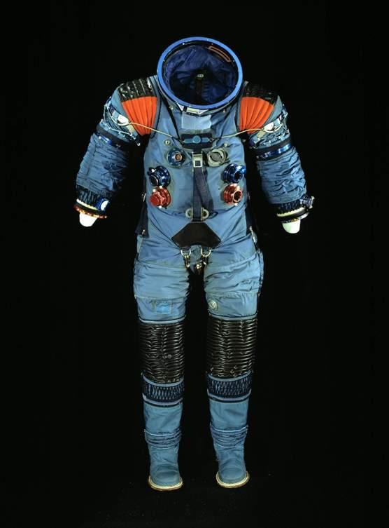 A5-L Prototype Suit ILC Industries– компания, заключившая контракт с НАСА на разработку космических скафандров – создала А5-L в 1965 году. Прототип был выполнен из голубого нейлона. Космонавты, высадившиеся в первый раз на Луну, расхаживали там как раз в модифицированной версии этого костюма.