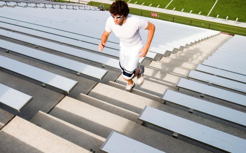 Лестница и ничего более Использование лестницы в воркауте являетсяэффективной кардиотренировкой. Кроме того, это здорово укрепит мышцы ног. В первый раз пробегите по лестнице вверх и вниз столько, сколько сможете. В последующие разы возьмите за правило пробегать половину спусков и подъемов от первого результата. Когда почувствуете, что готовы перейти на новый этап, начните при подъеме делать шагичерез ступеньку, ипостепенно увеличивайте число спусков и подъемов.