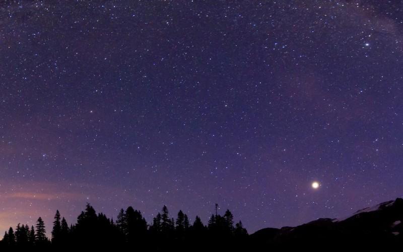 Изучение неба Звезды на небе являются частью природы, они никуда не исчезают, даже если мы замечаем их реже, чем наше ближайшее окружение. Углубляйте свои познания в области астрономии, наблюдая за положением отдельных звезд и созвездий. Умение ориентироваться по звездам здорово выручит, если вас угораздит заблудиться.