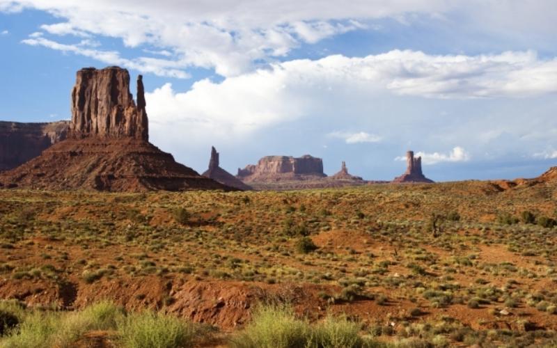 Долина монументов, Юта/Аризона Долина, представляющая собой плато, с торчащими из него красноватыми скалами, служила в свое время съемочной площадкой многим американским вестернам.