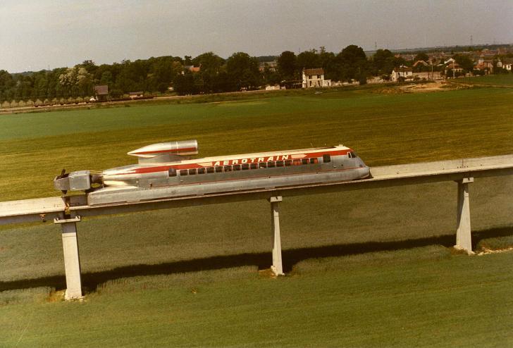 Aérotrain Aérotrain —проект, который разрабатывался во Франции в с 1965-го по 1977-й год под руководством инженера Жана Бертена. Всеми забытые конструкции этого монорельса можно увидеть и в наши дни, проезжая по железнодорожной магистрали, соединяющей Париж и Орлеан. Первоначальная длина трассы составляла 25 км, но теперь от нее мало что осталось.
