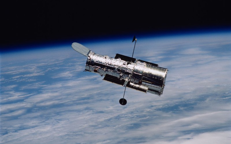 Спутники и аномалия Как Бермудский треугольник опасен для кораблей и самолетов, так и Бразильская аномалия представляет известную угрозу для космических спутников. Низкоорбитальные спутники связи, пролетая над этой зоной, подвергаются бомбардировке протонами со стороны Солнца, разрушающими электронные чипы или вызывающими отключение систем. Даже всемирно известный телескоп «Хаббл» вынужден отключать некоторые свои приборы для их защиты.