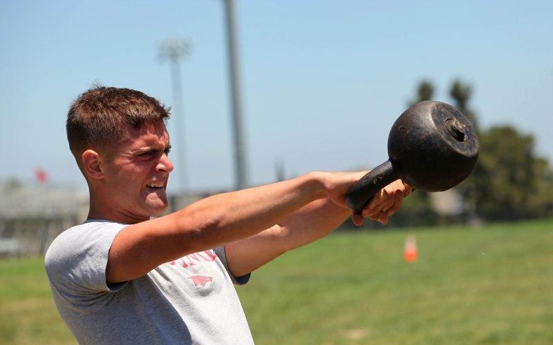 Махи с гирей (свинг) Это упражнение укрепляет те мышцы пресса и торса, которые обычно при занятиях с железом не получают нужную нагрузку, но важны при выполнении различных движений от прыжков до спринта. Возьмите гирю двумя руками, вес тела перенесен на пятки, спина прямая. Заведите гирю между ног и плавно, но быстро выпрямитесь, и выведите гирю на уровень груди.