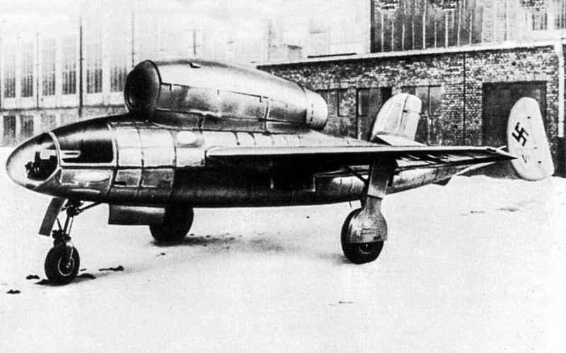Heinkel He 162 Спроектированный и запущенный в производство в 1944 году, Не 162 был чуть менее безумным проектом, чем V-1 Reichenberg. Воздушное судно с деревянными крыльями предназначалось для неопытных пилотов, однако оно оказалось на порядок сложнее в управлении, чем обычные самолеты. Было создано около 120 самолетов, большая часть из которых разбилась еще на стадии учебных полетов.