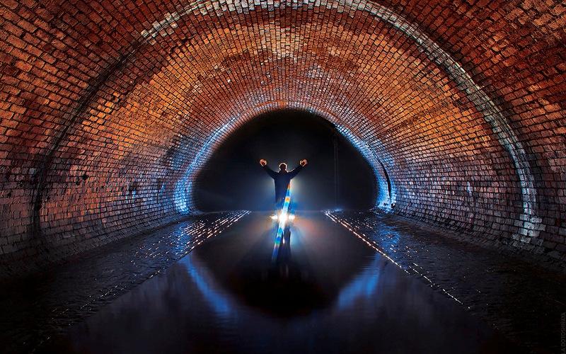 Первый капитальный ремонтПолвека спустя коллектор Неглинной перестал справляться с потоком воды. Во время сильных половодий и ливневых дождей река пробивалась на поверхность. Ситуацию усложняли владельцы домов, устраивавшие самодельные врезки, через которые сбрасывали в реку нечистоты. И 1886-87 гг. под руководством инженера Н. Левачева был произведен капитальный ремонт подземного канала. Тоннель был разделен на три участка.