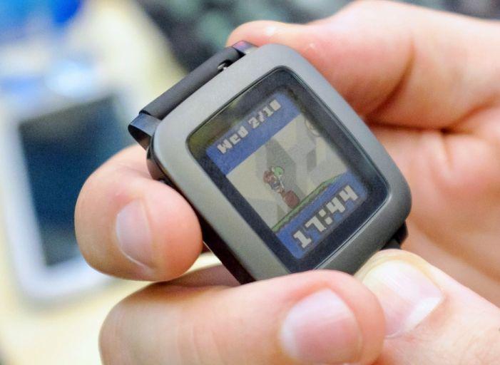 Дисплей Pebble Time способен 7 дней работать без подзарядки. Управление основными функциями осуществляется при помощи трех физических кнопок, расположенных на корпусе часов. Приятным нововведением является наличие цветного e-paper экрана. Цветная электроннаябумагав экране позволят оставаться изображению читаемым даже при слепящем солнце, а встроенная подсветка обеспечит комфортное использование часов в темноте.