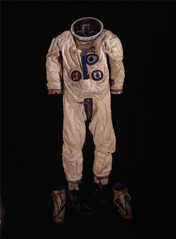 G3-C Suit Разработанный компанией Gus Grimsson в том же 1965 G3-C скафандр состоял из 6 слоев белого нейлона и одного слоя номекса (огнеупорного материала). Разноцветные клапаны на костюме служили для вентиляции воздуха в нем. Синие – для накачивания внутрь «хорошего» воздуха, красные – для удаления углекислого газа.