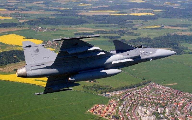Saab Gripen Совместная разработка ВАЕ и шведской компании Saab, Gripen, по замыслу создателей, стал истребителем, который одновременно может быть перехватчиком, разведчиком и ударным самолетом.
