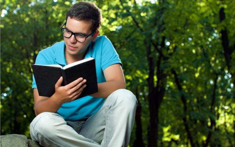 Ограничьте время использования На выходных (а еще лучше хотя бы час в день) полностью откажитесь от использования технологических «убийц» времени. Выключите все: ноутбук, телефон, планшет и даже электронную книгу. Сосредоточьте свое внимание на мире реальном и отдохните, наконец, от постоянной перегруженности информацией. Почитайте книгу или сходите погулять в парк. Уровень стресса после такой разрядки здорово понизится.