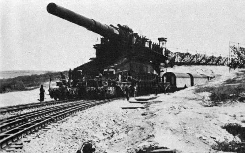 Schwerer Gustav (Толстый Густав) «Толстый Густав» и «Дора» (названные соответственно в честь директора фирмы-разработчика и жены конструктора) представляли собой уникальные железнодорожные артиллерийские орудия. Орудие «Дора» с успехом было применено при штурме Севастополя в 1942 году. Была предпринята попытка сделать более мобильным это орудие, названная Landkreuzer P. 1500 Monster, но чудовище весом в 1500 тонн вряд ли могло бы стать такимуж подвижным.