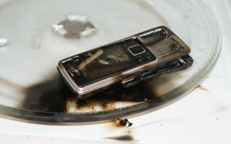 Сушить вещи в микроволновке Подумайте дважды, прежде чем засовывать мокрые после стирки кроссовки или упавший в чай смартфон в микроволновую печь. Результат может превзойти все ваши ожидания. И вообще, засовывать в микроволновку что-то кроме еды – кощунство, и к тому же кощунство пожароопасное.