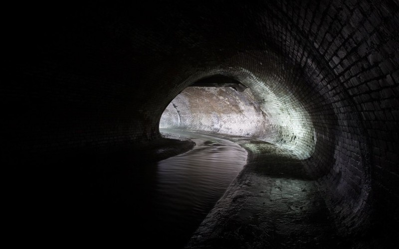 Щекотовский туннельВ 1910-1914 гг. по проекту инженера М. Щекотова был выстроен участок коллектора Неглинки, находящийся под Театральной площадью. Этот туннель, протяженностью ровно 117 метров, проходит рядом с гостиницей «Метрополь» и Малым театром. Сейчас он называется в честь его создателя —«Щекотовский туннель», и здесь обычно проводят нелегальные экскурсии по Неглинке.