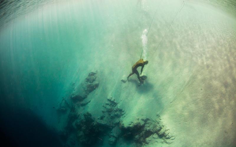 Алексей Молчанов на краюDean's Blue Hole после своей неудавшейся попытки покорить 95-метровую отметку.