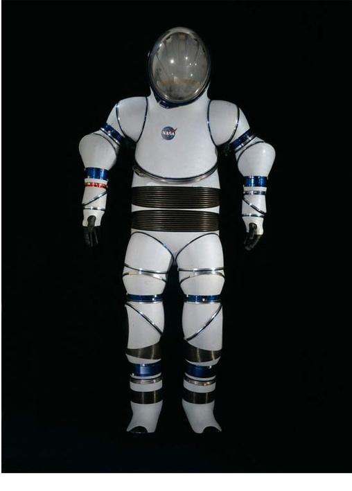 AX-2 Hard Suit АХ-2 был выполнен из фибергласа и слоистого пенопласта. Его прототип разработали в исследовательском центре Эймса, отделении НАСА в 1968 году. Стальные пружины на талии позволяли астронавтам легко наклоняться, но этот громоздкий скафандр имел существенный недостаток: в тесных условиях космического корабля в нем было очень неудобного перемещаться.