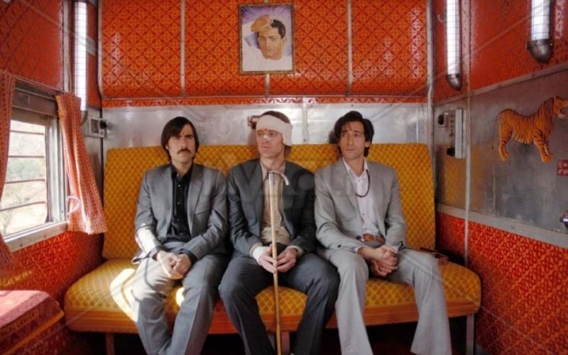 Поезд на Дарджилинг (The Darjeeling Limited) Три не особо отличающихся умом и сообразительностью братца, давно разругавшиеся друг с другом, оказываются в одном поезде, едущем через Индию. Следуя в родные края, чтобы отдать память усопшему отцу, братья пытаются восстановить утраченные семейные узы и обрести смысл жизни.