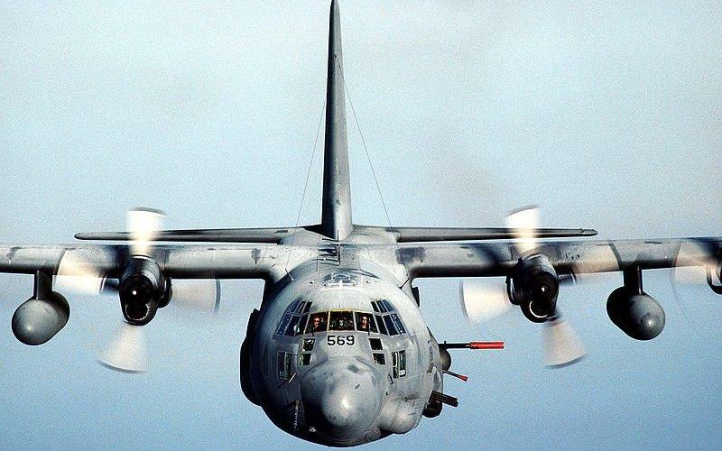 АС-130 Тяжелый ударный самолет, вооруженный до зубов: от 60 мм пулеметов до 105 мм артиллерийских снарядов.