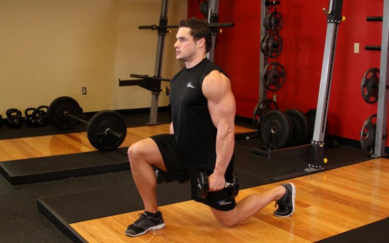 Шагающие выпады Шагающие выпады – высокоинтенсивное упражнение, укрепляющее суставы ног, что будет полезно во всех ваших тренировках: от приседаний до бега по лестнице. Встаньте ровно, расположив руки на бедрах и шагните вперед. Не касайтесь пола коленом задней ноги и не выводите переднее колено слишком далеко вперед. Подтяните заднюю ногу вперед и теперь уже ей выполните следующий шаг.