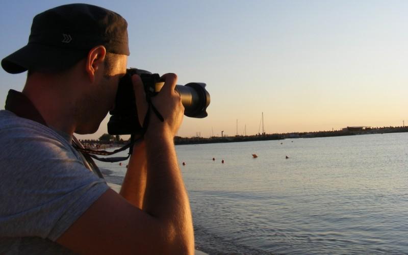 Боритесь с желанием фотографировать все подряд По данным исследований, постоянная съемка фотографий и видео принципиально изменяет способ обработки и запоминания нового опыта. Люди, которые страдают от желания сфотографировать все, что их окружает, больше не полагаются на свою память, считая, что камера запомнит все вместо них. Выход простой – снимать меньше. Так вы избежите риска начисто забыть через год все о вашей первой поездке за границу или подробности вашей свадьбы.