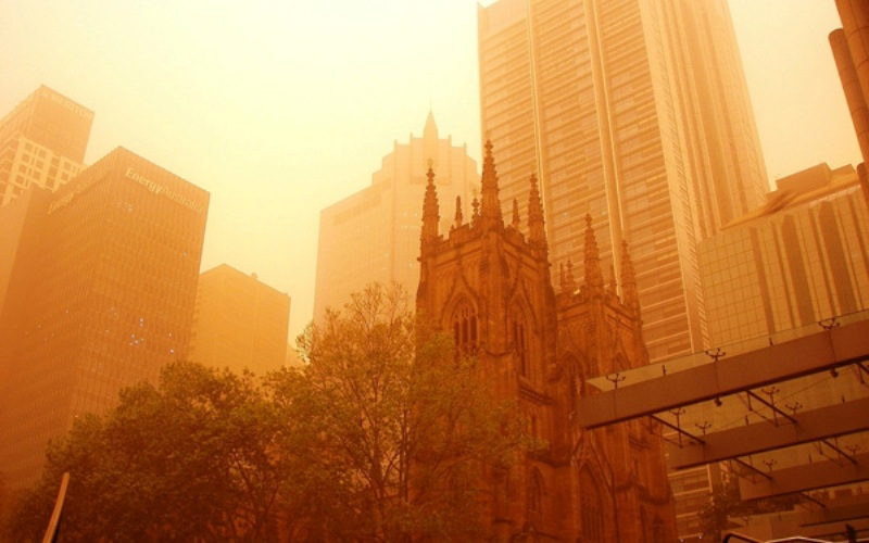 Красная планета Австралия Если для пустынных и полупустынных районов песчаные бури – явление широко распространенное, то для Зеленого континента это событие неординарное. Но в сентябре 2009 года Сидней, покрытый облаком желтовато-красного цвета, напоминал мегаполис, расположенный на поверхности Марса.