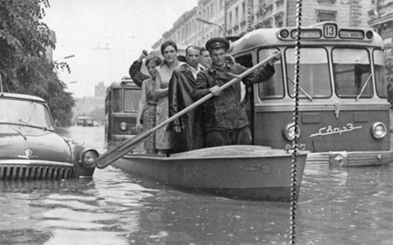 Проблема с наводнениямиНесмотря на строительство все новых и новых коллекторов затопления не прекращались – в середине 60-х годов прошлого века Неглинка вновь вырвалась на поверхность и настолько затопила некоторые улицы, что передвигаться по ним приходилось на лодках. Когда в начале 70-х обновили и значительно расширили коллектор от Трубной площади и до гостиницы «Метрополь», затопления, наконец, прекратились.