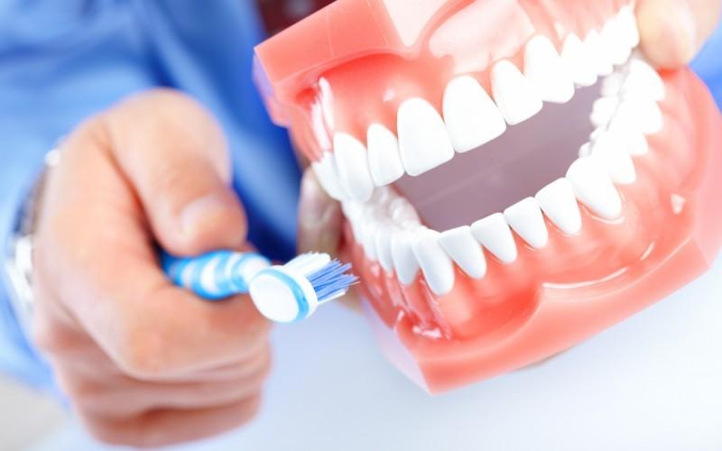 Фтор Несмотря на то, что фториды широко используются в гигиене ротовой полости в борьбе с бактериальными заболеваниями зубов, они могут вызвать множество негативных эффектов. Потребление воды с содержанием фтора в концентрации одна часть на миллион вызывают изменения в мозговой ткани аналогичные болезни Альцгеймера. Самое парадоксальное: переизбыток фтора разрушительно влияет на сами зубы, вызывая флюороз.