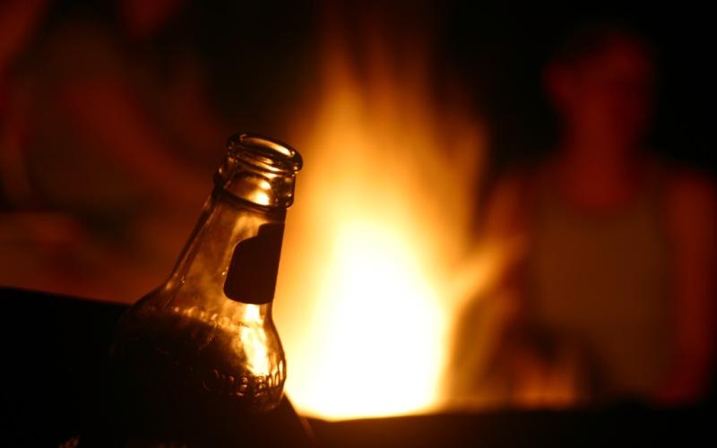 Тушить огонь Конечно, это не так эффективно как огнетушитель или пожарный рукав, но в трудную минуту выбирать не приходится. Пиво ведь тоже все-таки состоит из воды. Конечно, лучше всего этот метод помогает справляться с жаркой шашлыка, когда в мангале возникают небольшие вспышки. Просто потрясите банку или бутылку, полную пива, и начните разбрызгивать.