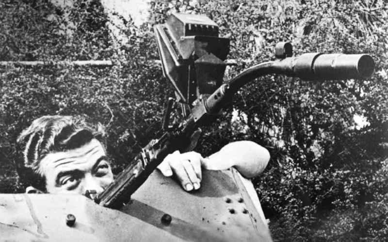 Кривоствольное оружие Ружья, чье дуло было искривлено под углом 30, 45 или 90 градусов, позволяло немецким пехотинцам и танкам стрелять в разных направлениях. С помощью зеркала, приделанного к стволу винтовки, солдаты вермахта могли стрелять из окопов, даже не высовываясь из укрытия. Почему-то эта гениальная идея не получила большого распространения, возможно из-за того, что кривоствольное оружие частенько клинило и оновыходило из строя.