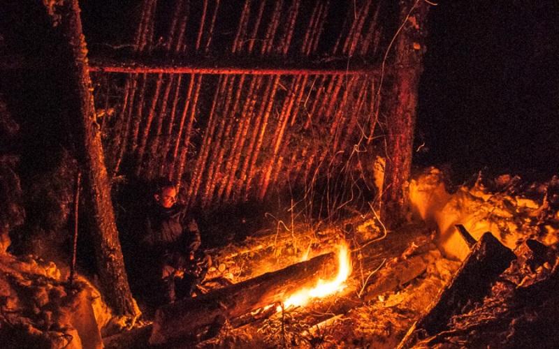 Сон у костра Спать на природе, возле потрескивающего костра – это просто замечательно. Но неправильно разведенный костер может отбить всякое желание ложиться рядом с ним. Сырые дрова дадут больше дыма, чем тепла, и поэтому для создания уютной обстановки вам понадобится много сухих дров. Люди часто не могут рассчитать количество топлива, поэтому, чем больше дров вы насобираете, тем лучше.