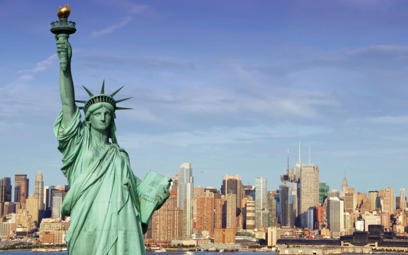 Статуя Свободы, Нью-Йорк Статуя Свободы была открыта 28 октября 1886 года. Статуя была изготовлена во Франции и затем, в знак дружбы между французским и американским народами, была подарена США. В 1984 году статуя была внесена в список объектов, находящихся под защитой ЮНЕСКО.