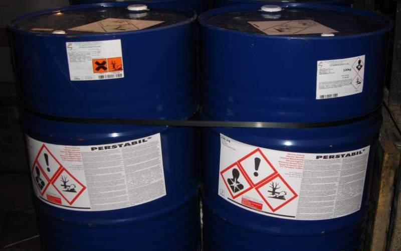 Тетрахлорэтилен Или перхлорэтилен является превосходным растворителем и применяется в текстильной промышленности и для обезжиривания металлов. При контакте с открытым пламенем и нагретыми поверхностями разлагается с образованием токсичных паров. При длительном контакте тетрахлорэтилен оказывает токсическое воздействие на ЦНС, печень и почки. Известен ряд острых, приводящих к смерти, отравлений.