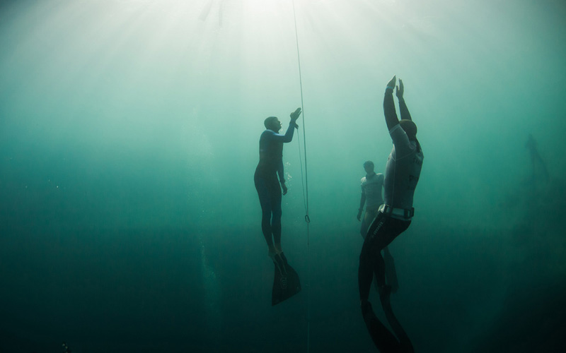 Евгений Сычев всплывает с 95-метровой глубины. Попытка не была засчитана из-за нарушения протокола всплытия.
