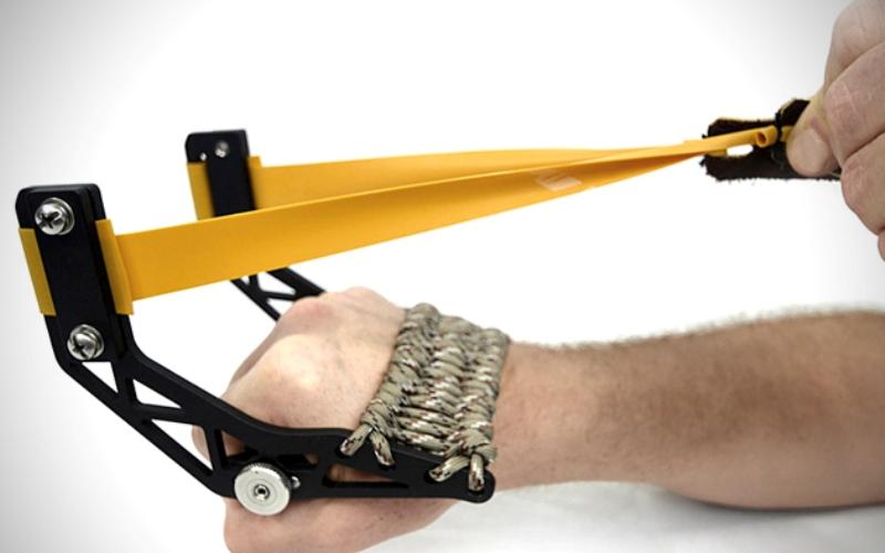 Gloveshot Боевая рогатка Gloveshot выполнена из анодированного алюминия и для удобства хранения и транспортировки разбирается на три составные части. Однако из-за широкой рогатины, снижающей точность стрельбы, необходимо будет много и упорно тренироваться для того, чтобы научиться метко из нее стрелять.
