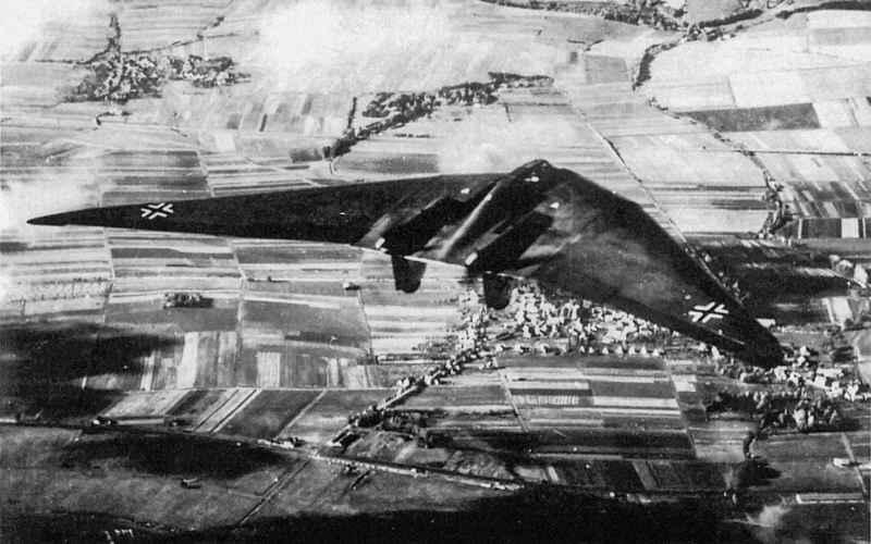Horten Ho 229 Но 229 был первым турбореактивным самолетом, построенным по аэродинамической схеме «Летающее крыло». Благодаря своей форме, бомбардировщик был малозаметен для радаров времен Второй мировой войны, и в принципе мог долететь до побережья Британии, не вызывая подозрений у вражеских истребителей. Однако три созданных прототипа не оказали реального влияния на ход войны.