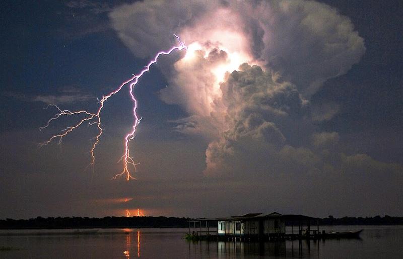 Молнии, Венесуэла Приблизительно по 10 часов в сутки в месте, где река Кататумбо впадает в озеро Маракибо, происходит шторм. Небо здесь практически постоянно подсвечивается молниями. В отличие от других молний, разряды проходят между облаками и редко достигают земли, а также не сопровождаются раскатами грома. Предположительно, явление вызвано тем, что впадающая в озеро Маракайбо река Кататумбо проходит через болота и вымывает органические материалы, которые выделяют облака ионизированного метана. Поднимаясь на большие высоты, они сталкиваются с сильными ветрами, прибывающими из Анд, и вызывают шторм.