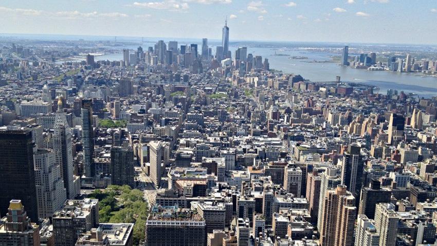 Манхэттен, Нью-Йорк Манхэттен — это сердце Нью-Йорка, здесь сосредоточены все самые высокие небоскребы. Туристы, бывавшие здесь неоднократно, утверждают, что самые невероятные виды города можно увидеть либо в первой половине дня, если смотреть на запад, либо поздно вечером смотря на восток. Лучший вид на город открывается со смотровых площадок 86-го и 102-го этажа Эмпайр-стейт-билдинг и с лодки из гавани.