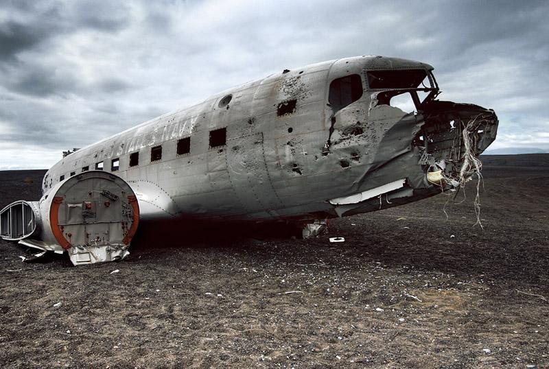 Соульхеймасандур, Исландия В ноябре 1973 года самолет Douglas C-117D ВВС США совершил аварийную посадку на южном побережье Исландии. Впоследствии с самолета сняли все ценные части, а сам летательный аппарат распилили и оставили лежать на том же месте: всего в двух часах езды на машине от Рейкьявика.