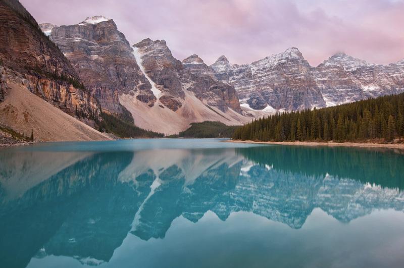 Запечатлеть Скалистые горы в отражении озера Морейн в Национальном парке Банф в Канаде.