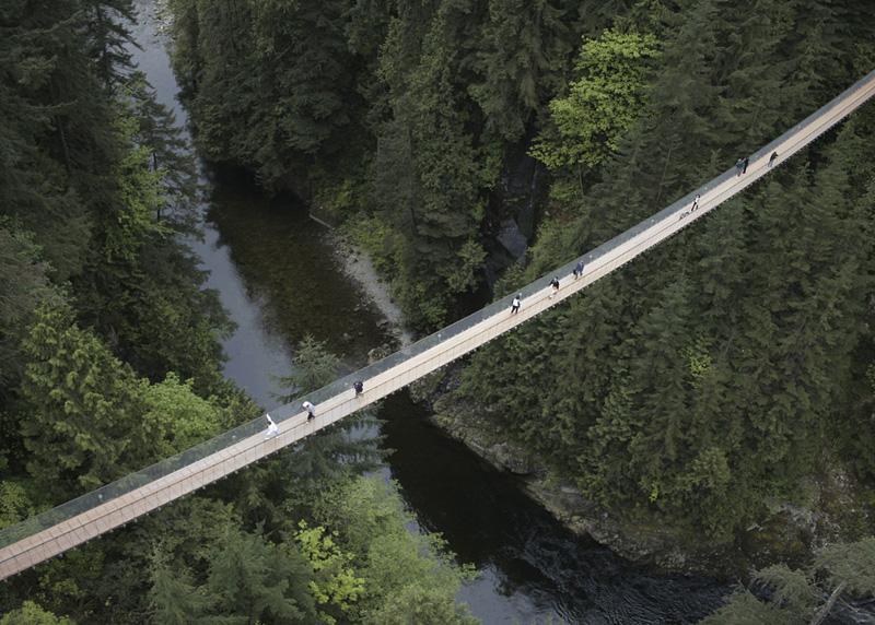 Капилано, Ванкувер Парк Капилано считается одной из главных достопримечательностей Ванкувера. Берега одноименной реки инженеры соединили подвесным мостом. Чтобы добраться до другой стороны, придется пройти 137 метров по шатким доскам, расположенным над 70-ти метровой пропастью.