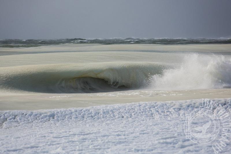 Помимо научных объяснений данного феномена серферов всей планеты не меньше интересовал вопрос: а возможно ли покорить такую частично замерзшую волну? Ведь по сравнению с водой плотность льда ниже, к тому же волны заполнены кристаллами льда, которые для любителей мокрого экстрима представляли бы потенциальную опасность.