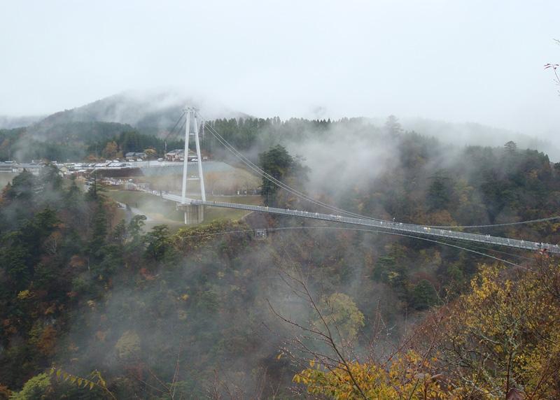Коконоэ, Япония Чтобы поближе взглянуть на водопад Шиндонотаки, туристам необходимо преодолеть чувство страха и пройтись по подвесному мосту длиной 390 метров, нависающему над ущельем глубиной 173 метра.