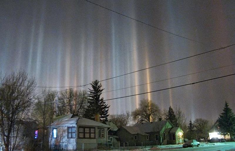 Световые столбы, Вайоминг, США При низких температурах и определенном атмосферном давлении могут образовываться световые столбы. Их создают крошечные кристаллы льда, плавающие в воздухе, которые отражают под определенным углом солнечный свет.