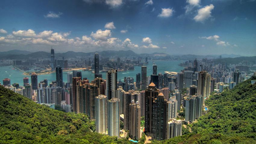 Гонконг Это главный финансовый центр Азии, в котором органично соседствуют небоскребы и уголки природы, старинные храмы и современные дома. Лучшей точкой обзора города контрастов туристы, все как один назвали, гору Пик Виктория, с которой весь город виден как на ладони.