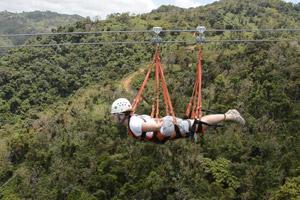Ороковис, Пуэрто-Рико На зиплайне La Bestia можно почувствовать себя настоящим супергероем: любителей адреналина пристегивают ремнями так, что над землей они парят в лицом вперед в горизонтальном положении. На скорости до 96 км/час предстоит пролететь 1446 метров.