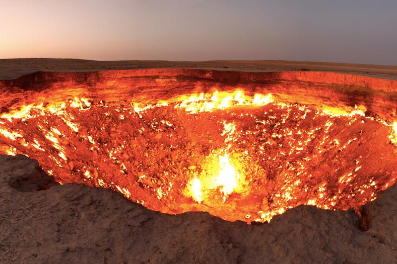 Подойти к «Двери в преисподнюю» — газовому кратеру Дарваза в Туркменистане, который непрерывно горит с 1971 года.