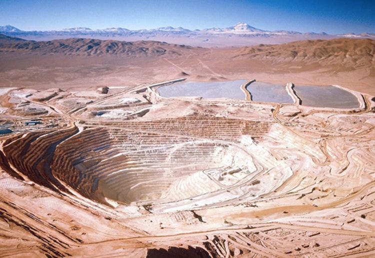 Эскондида, Чили Открытый рудник находится на севере пустыни Атакама. Работы в нем начались в 1990 году. Рудник имеет два карьера. Глубина самого глубокого из них — 650 метров.