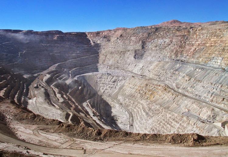 Чукикамата, Чили Это самый большой в мире открытый рудник, в котором ведется добыча медной руды. Месторождение разрабатывается с 1915 года. Карьер расположен в центральных Андах на высоте 2840 метров. Глубина карьера составляет 850 метров.