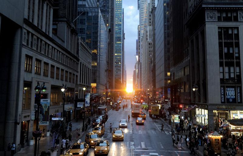 Манхэттенхендж, Нью-Йорк, США На Манхэттене четыре раза в год, в декабре, январе, мае и июле, происходит явление, получившее название Манхэттенхендж. На улицах, которые идут под углом 29° к меридианам, можно увидеть, как заходит или поднимается солнце. Подобное явление также можно наблюдать и в других городах, имеющих аналогичную планировку улиц, например, в Балтиморе, Чикаго, Торонто и Монреале.