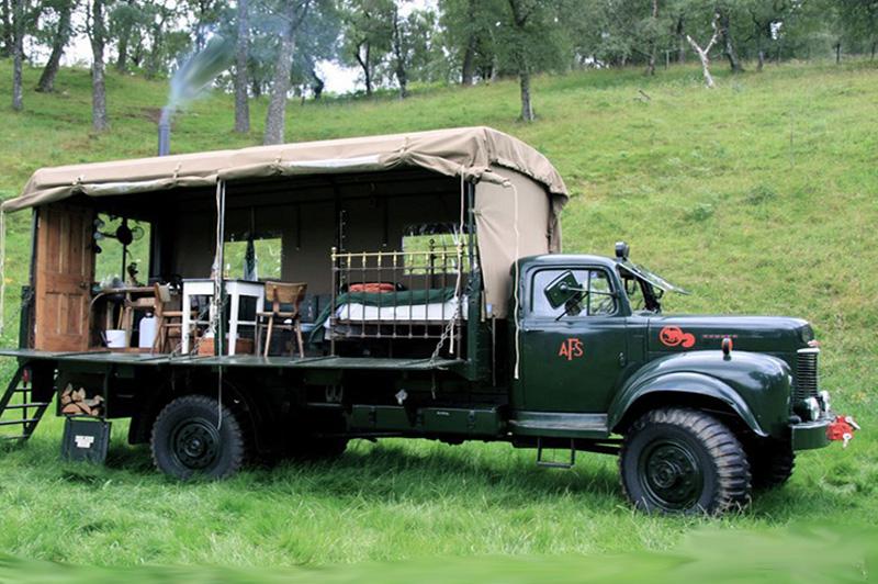 Пожарная машина Старинную пожарную машину некто Уолтер Миклтуэйт переделал в мини-отель. Автомобиль 1954 года выпуска припарковали в шотландском национальном парке Кэрнгормс и укомплектовали минимальным набором мебели и кухонной утвари. Стоимость ночевки в грузовике обойдется в 130 фунтов за двоих.