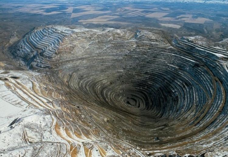 Бингем-Каньон, США Медную руду здесь нашли в 1850 году и спустя 13 лет приступили к разработке месторождения. По состоянию на 2008 год глубина карьера достигла отметки в 1,2 км, ширина 4 км., а площадь 1900 акров. Ежедневно из карьера извлекается около 450 тысяч тонн породы.