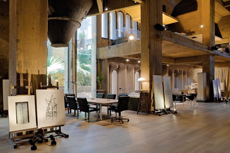 Цементный завод В 1973 году архитектор Рикардо Бофилл выкупил заброшенный цементный завод в Барселоне и переделал его в собственную резиденцию. Площадь «руин» оказалась настолько огромной, что места хватило, чтобы сделать апартаменты, офис, выставочный зал и мастерскую, а вокруг разбить сад.